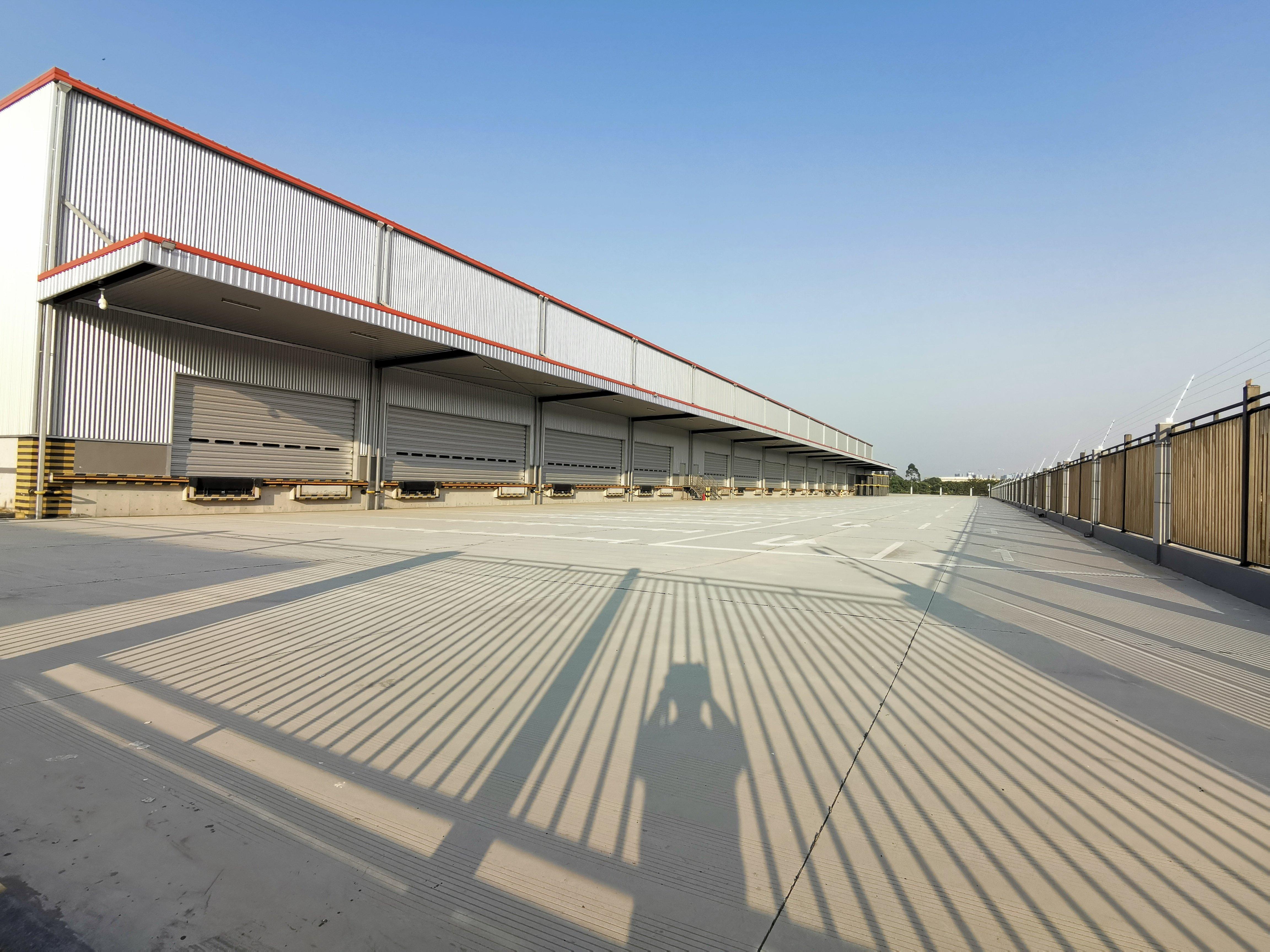荷城三洲工业区滴水13米高台仓库低价出租!15个升降卸货平台
