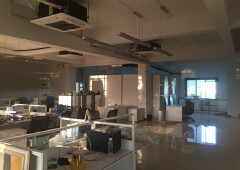现成装修办公室,水电齐全,两面采光,免费停车