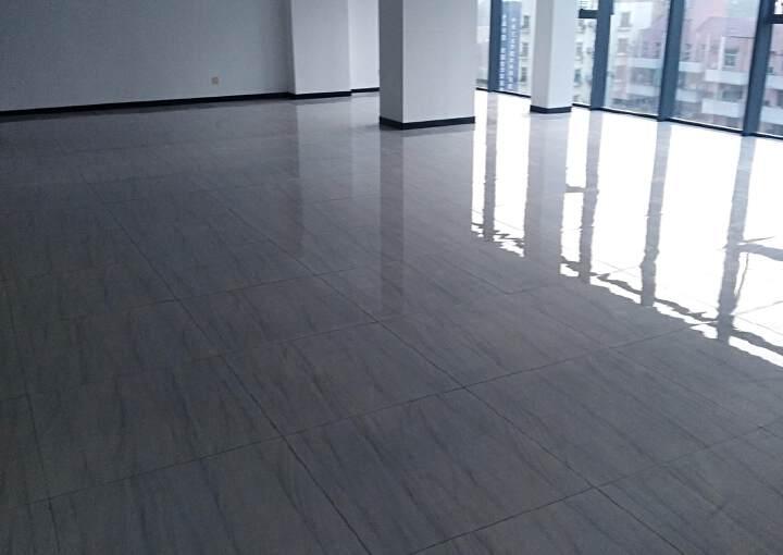 松岗写字楼豪华装修,甲级玻璃幕墙,装修大气140平方招租。图片2