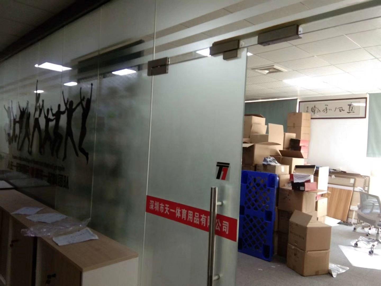 横岗新出一手带精装修办公室,全新地坪漆的车间,现成隔好的仓库