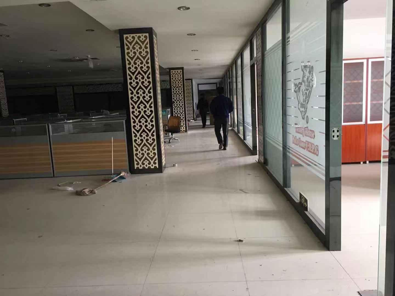 白云区新石路清湖村刚空出带丙二类消防仓库6000方出租。