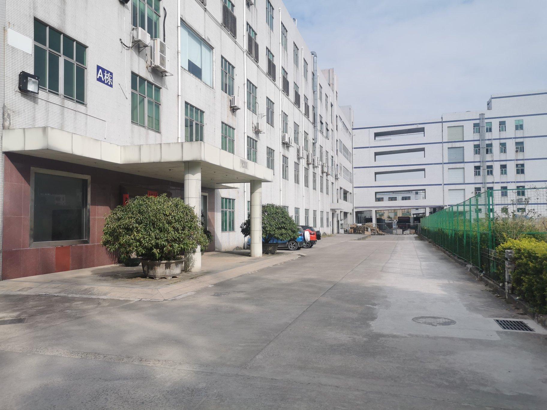横岗六约新出带卸货平台1楼厂房2400平层高5.5米低价出租
