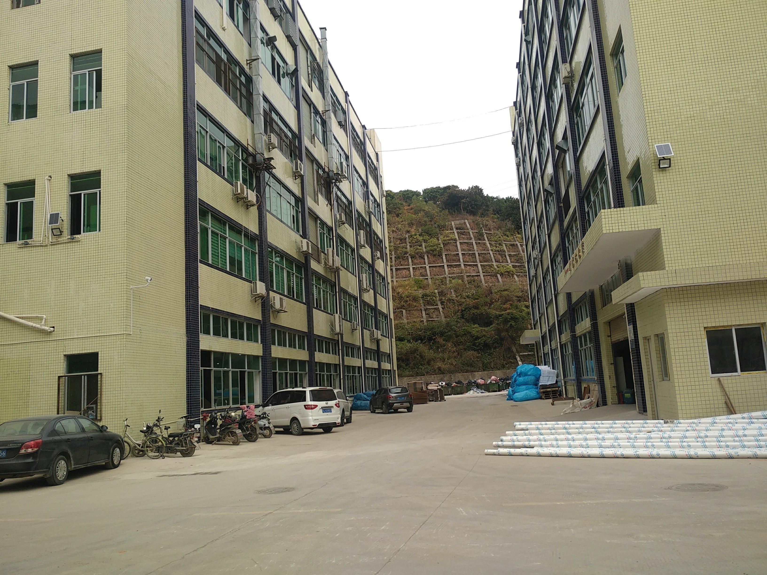 石岩新出楼上带装修。红本厂房1500平米招租。