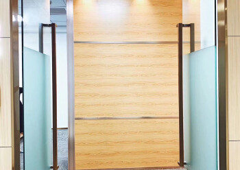 西乡共和工业路甲级写字楼电梯口办公室60平带家私拎包办公图片1