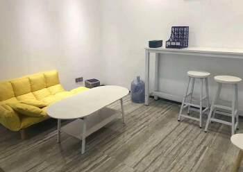 深圳龙华清湖地铁站附近新出精装配家私办公室245平出租图片3