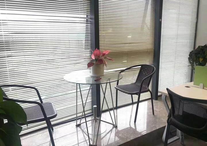 深圳龙华清湖地铁站附近新出精装配家私办公室245平出租图片2