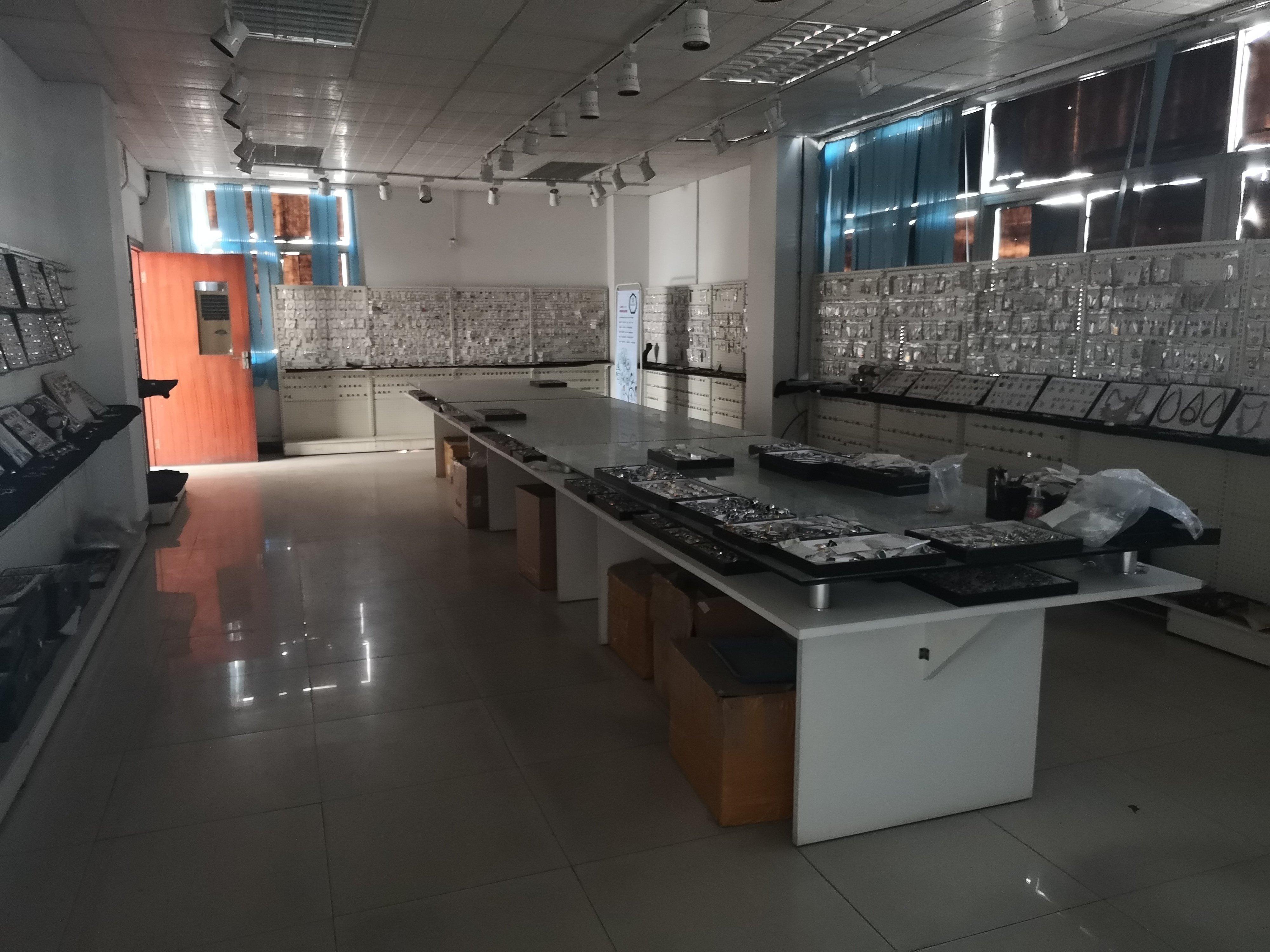 长安沙头新出标准重工业楼上厂房带装修,一层一家