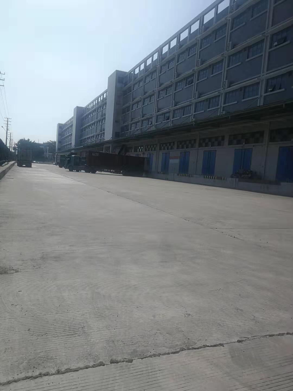 平湖新出两万平米大型物流仓库招租。在卸货平台靠近火车站。