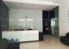 龙岗龙城广场地铁口写字楼150平,3+1格局,精装修,带家私