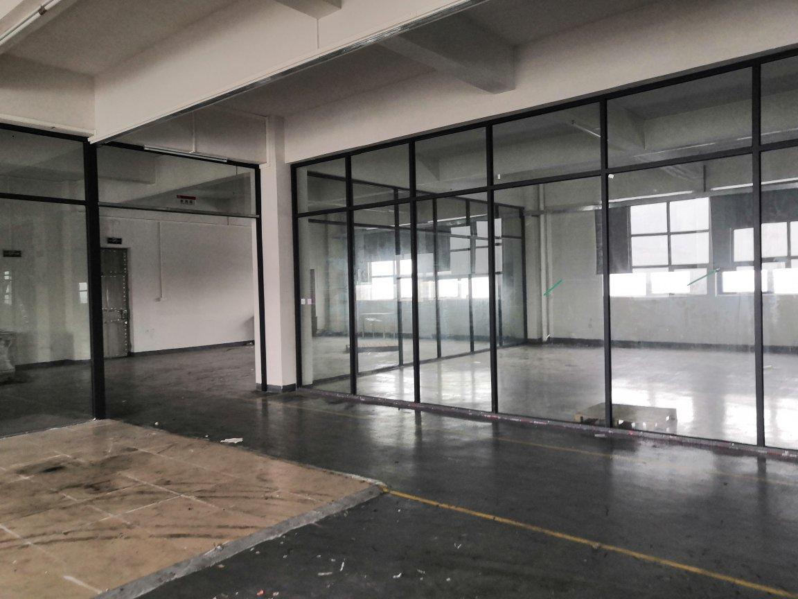 里水新空出带精装修4楼1400平方厂房,配3吨电梯2台。