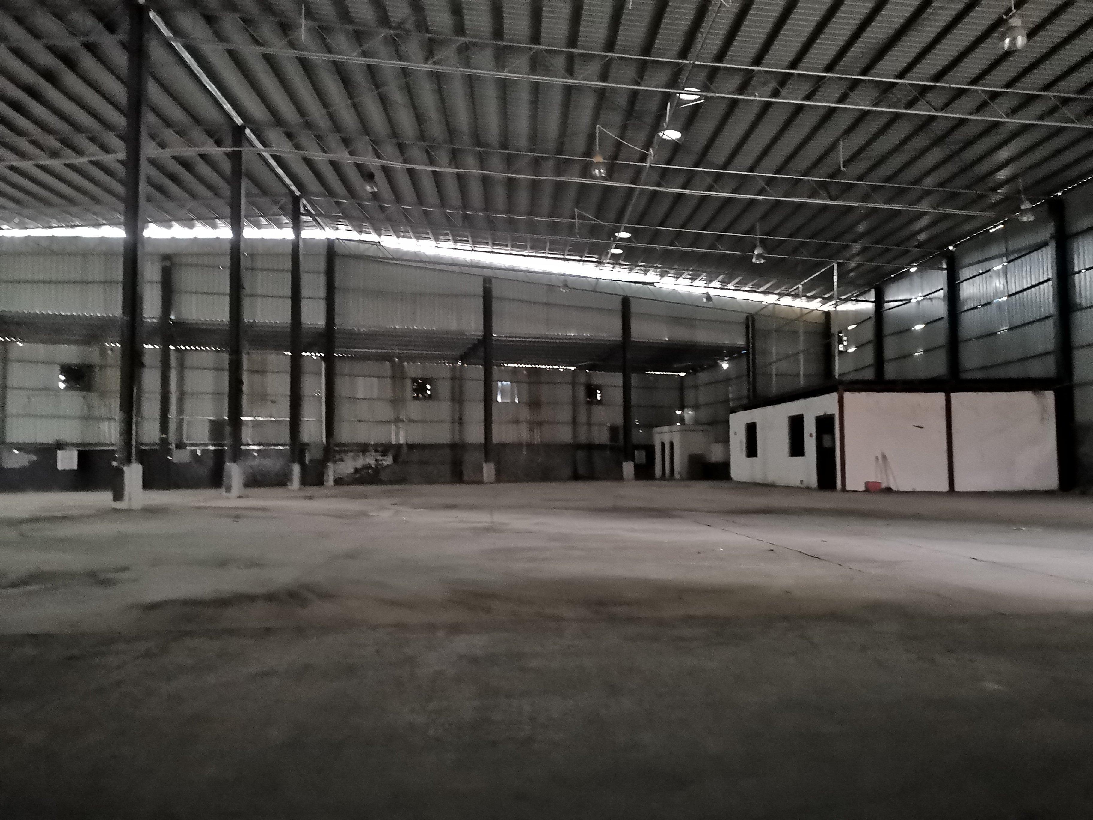 单一层2600方空地超大可同时4台22米货柜装卸货,交通方便