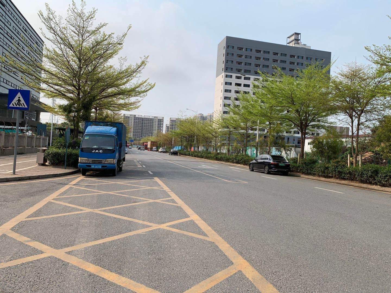 深圳龙岗布吉南湾街道高速路口物流园标准厂房一楼带卸货平台出租