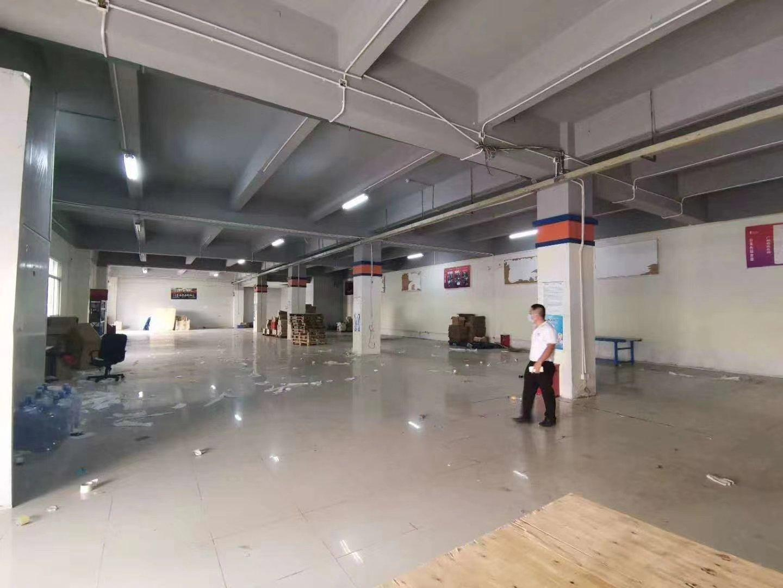 龙华汽车站旁1楼1000平标准厂房出租,适合仓库,物流快递。