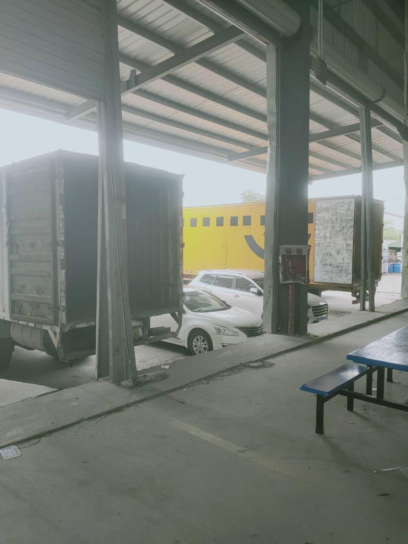 带卸货平台物流仓库,空地大随意掉头大货车