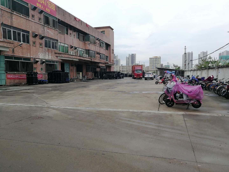 厂房靠近十字路口超大空地。