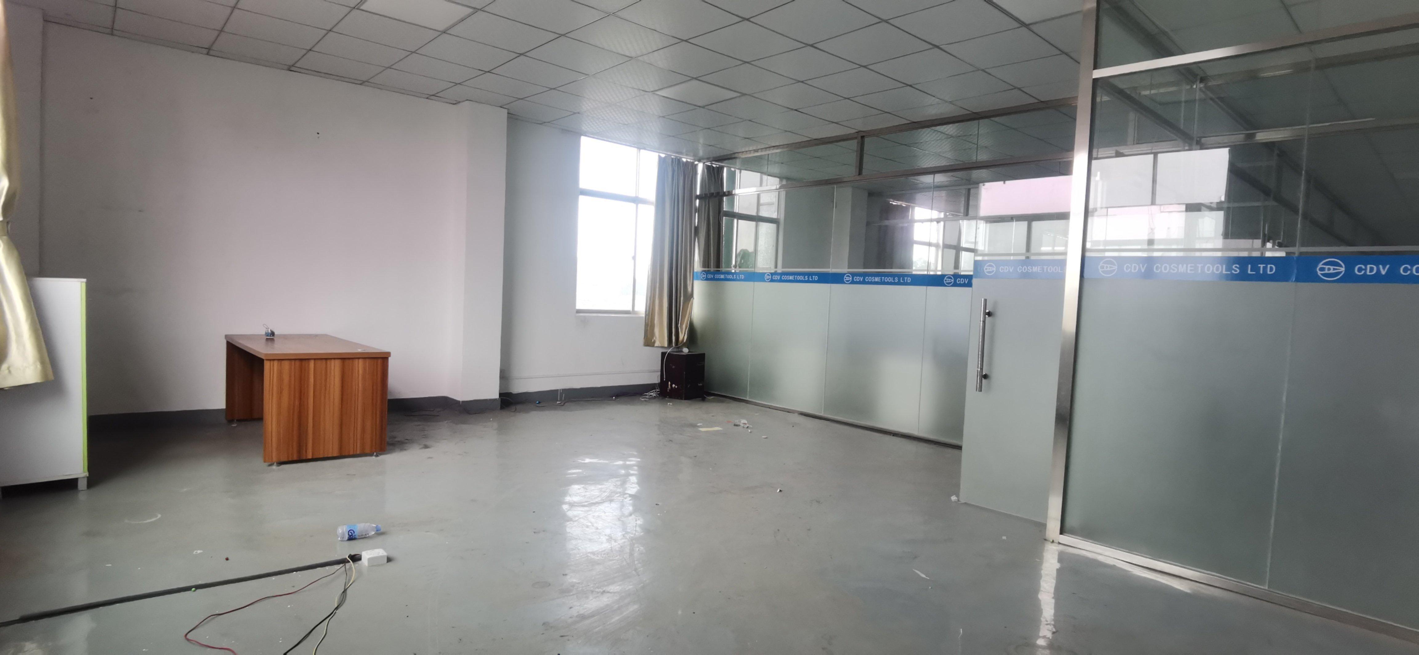 龙华区观澜松元楼上一整层带办公室装修标准厂房招租。