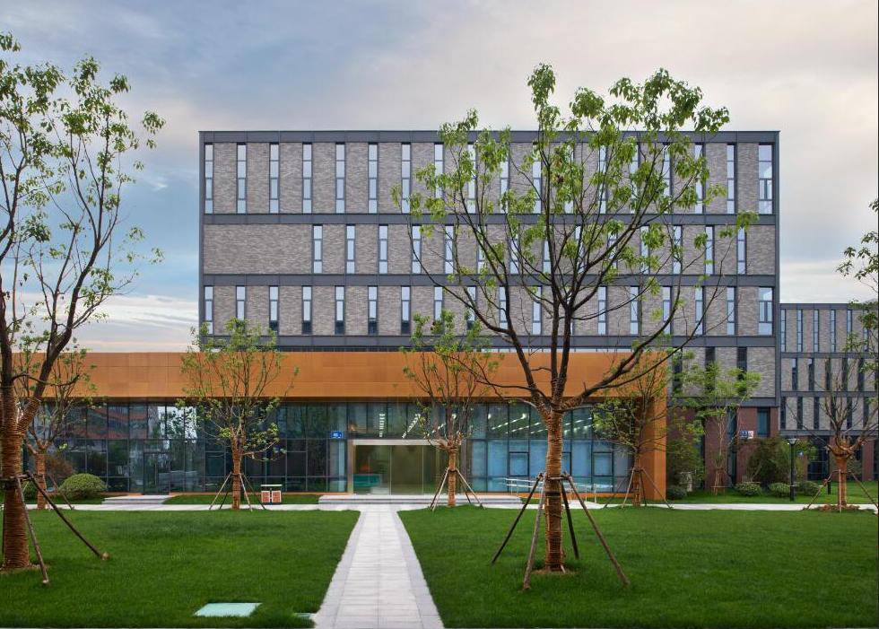 新密郑少洛高速旁,全新标准厂房出租,高9.6米